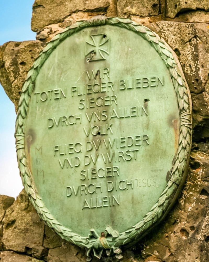 Schild am Fliegerdenkmal