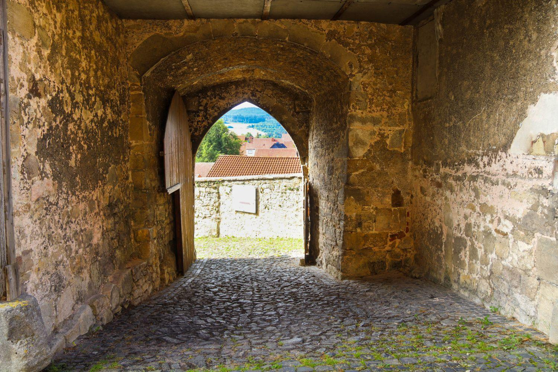 Torbogen zur Wehrkirche